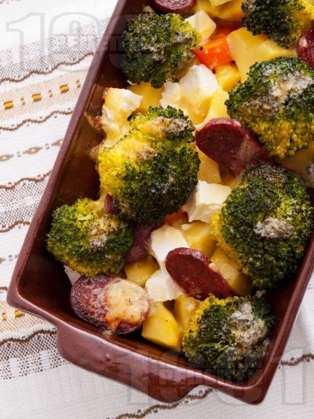 Запеканка от картофи, броколи, сирене, кашкавал и луканка на фурна - снимка на рецептата